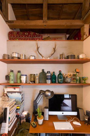 カッコいいデザインのアウトドアグッズとなればほっとけない近藤さんの元に、いつしか集まったボトルや鍋が並ぶ。