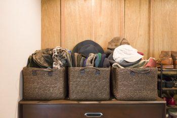 カゴを3つ並べて帽子入れに。こちらも同じカゴを3つ並べてスッキリ見せている。