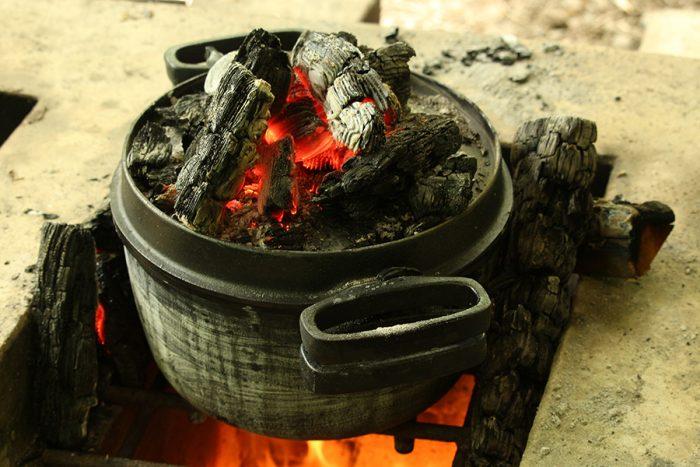 炭火を見ながら出来上がりを待つのも楽しみのひとつ。