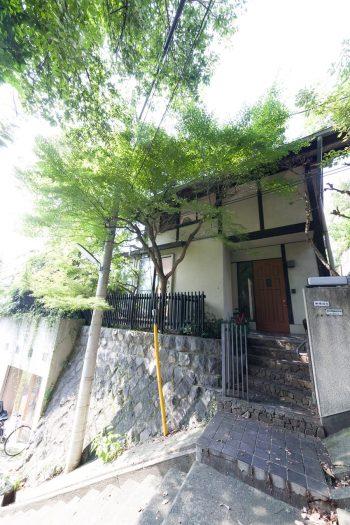高台に建つ築50数年以上を経た一軒家。静かな階段を登ったところにある。