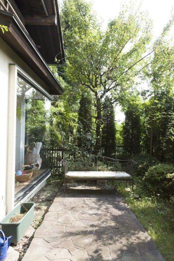 石畳を敷き洋風に作り替えられた庭。夏にはプールを出して楽しむそう。
