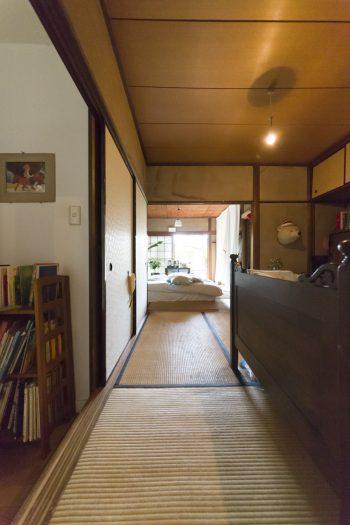 手前の和室は日子ちゃんの部屋。優しく素朴な灯りが静かな和室を照らす。