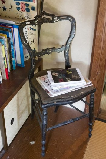 螺鈿の入ったアンティークの椅子は、アメリカで購入して持ち帰ってきたもの。