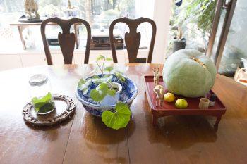 伊豆の骨董市で買った鉢などでテーブルをアレンジ。