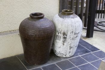 玄関前には紹興酒を浸ける古い甕が。