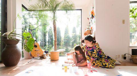 祖父母の家に暮らす骨董品とポップなアート豊かな創造性が溢れ出す