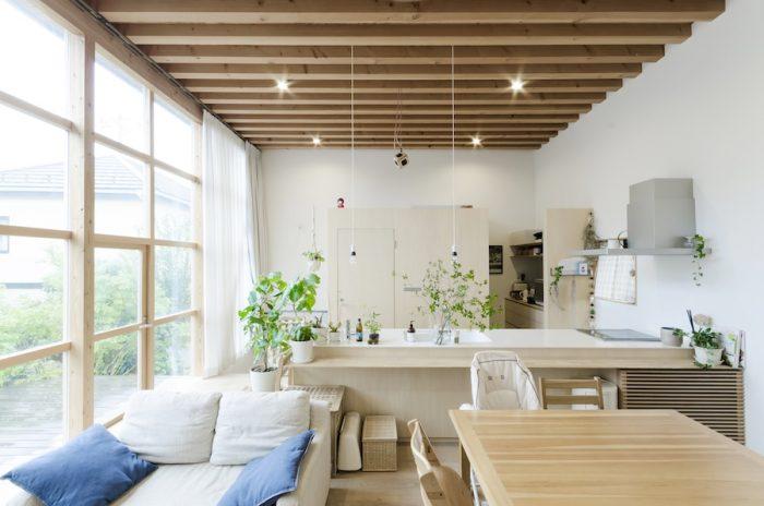 手前の家具を取り換えればそのままカフェとしても使えそうな空間。木のほかに色としては白色を使用するのは夫妻からのリクエストだった。薄めの木の色合いと白色がうまくコーディネートされている。