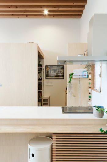 リビングダイニング側からキッチン裏に設けられたパントリーを見る。