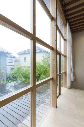 ガラスの面積は多いが、格子部分は工事では基本的には壁と同じようにしてつくられたという。