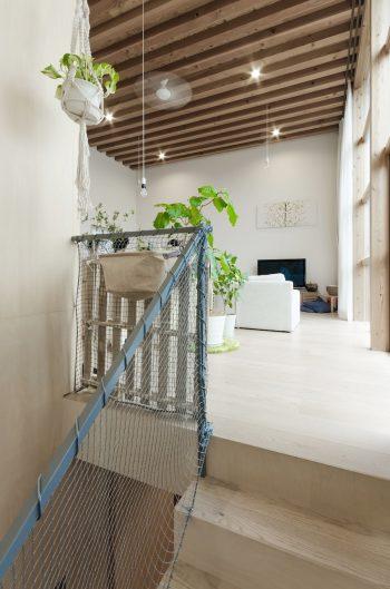 階段を上ると3.64mと天井高のある空間が現れる。