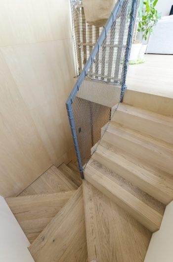 2階へと上がる木製の階段。玄関を入ってからずっと木の香りが漂う。
