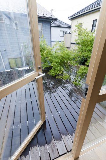 戸を開けてバルコニーに出ると庭のグリーンを間近に感じられる。