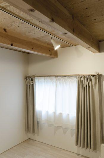 1階の寝室の天井にも木の角柱が何本も走る。