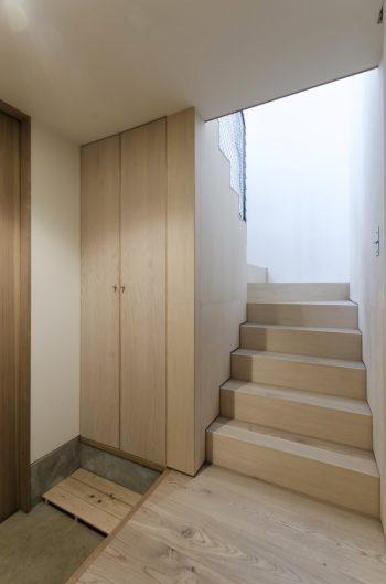 玄関に入った瞬間から木の空間が上階へと続いていく。