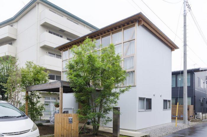 外壁に小波の鋼板を使った外観に木の格子が映える。小川邸では、木は流通している規格材のみを使った。この方針には、コストを抑えるだけでなく、規格材を使って非規格化住宅をつくるという山路さんの意図もあったという。