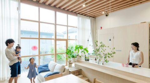人が集まる開放的な家木の香り漂うカフェのような空間