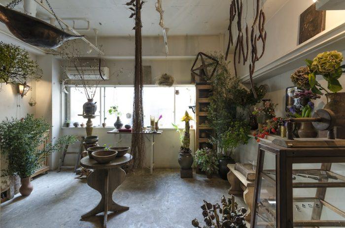 ロシアや日本の骨董市で買い付けてきたアンティークと植物が互いを引き立てあう。