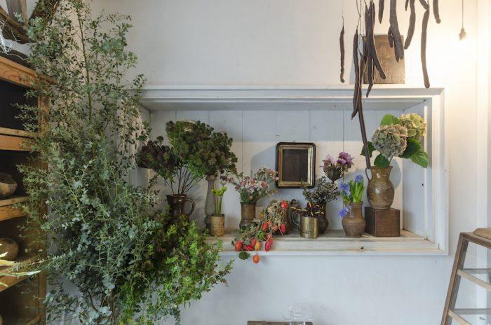 アンティークと花という新鮮な組み合わせ。お店のディスプレイは西別府さんが担当している。