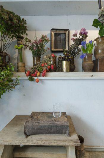 ガラスの花器は作家の黒川大介さんにオリジナルで作ってもらったもの。花を生けていないときもオブジェとしても存在感を放つ美しい造形。