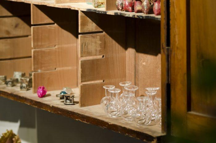 ガラスの小瓶も黒川大介さんに作ってもらったオリジナル。手作りならではの個体差があり、表情がある。