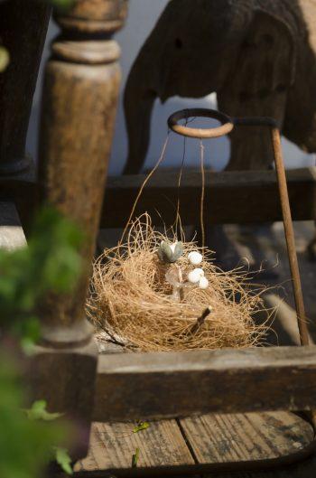 フラワースタンドとして使っていたが、今は鳥の巣オブジェの一部に。使い方を限定しないのも「はいいろオオカミ+花屋西別府店」の特徴だ。