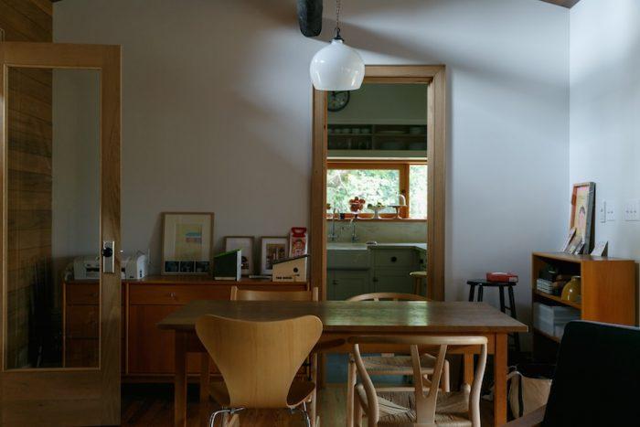 各所のドアも、すべて鰤岡さんの手によるもの。写真左手の廊下に続くドアは、ガラスとホワイトオーク材、アメリカ・ポートランドで購入したドアノブを組み合わせた。