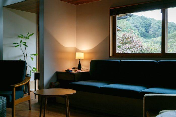 窓際に造り付けたソファは、1カ月ほど前にようやく完成したのだとか。「クッションは届いていたのに、なかなか土台が決まらなくて(笑)」と鰤岡さん。