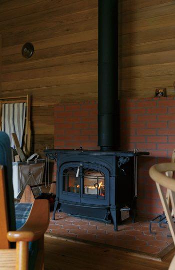 憧れだったバーモントキャスティングスの薪ストーブを導入し、ストーブライフを満喫中。「焼き芋をつくってみたら、絶品でした!」(和子さん)。