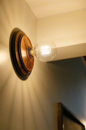 廊下の壁に設置したブラケットライトも鰤岡さんの作品。四方に光が広がり、陰影が美しい。