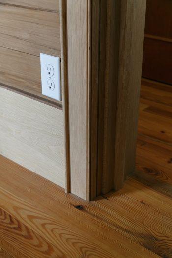 部屋ごとに幅木の素材や高さ、壁からの厚みまで変える徹底ぶり。リビングの幅木は、高さ250㎜、厚み13㎜に。
