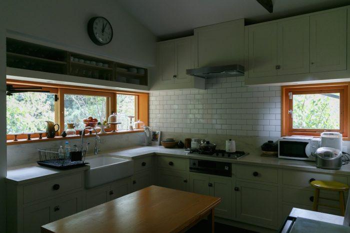カントリーハウスのキッチンがコンセプト。ホーローの深いシンクはKOHLER社製。抽出しの取っ手も木工旋盤で挽いて自作したもの。