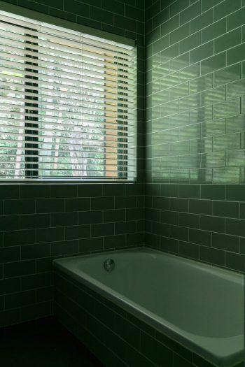 壁・床ともにタイル張りの浴室。「窓をすりガラスにしようかと迷いましたが、裏山のタヌキくらいしか通らないので(笑)」。