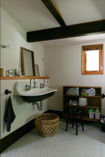 洗面シンクもKOHLER社製。国内でこのシンクの取り扱いがなく、アメリカで購入して輸送した。床は全面タイル張り。