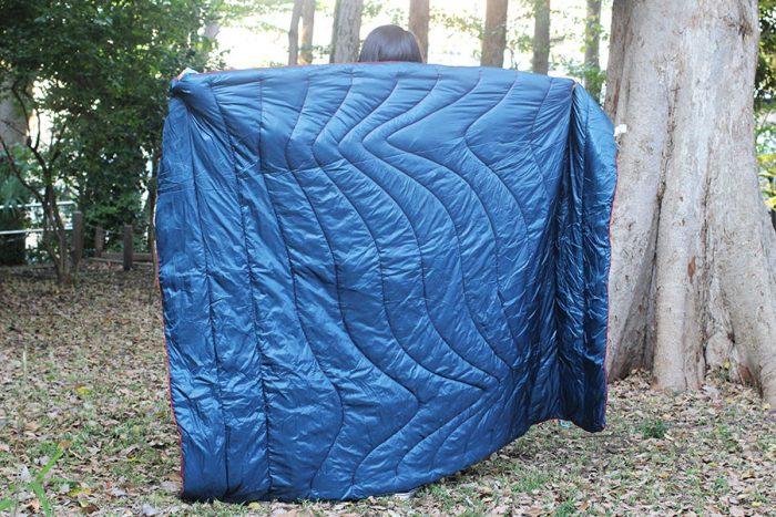有機的で美しいステッチラインが特徴で、すっぽりと体を包んでくれる大判サイズ。