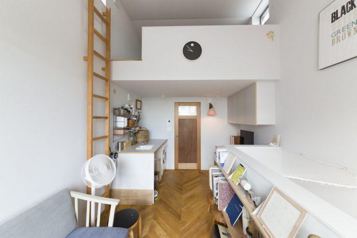 """""""店舗とも住宅ともいえない家""""を目指して、ストレートデザインラボラトリーに設計を依頼。壁は真っ白では明るすぎると思い、グレーがかった白を塗った。"""