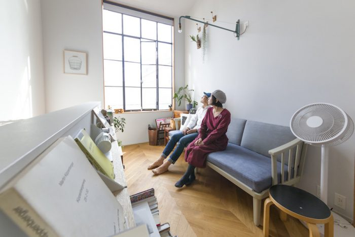 """天井高いっぱいの高さに設定したスチールの窓から、明るい光が入る。""""家感が強くなるので""""ベランダは却下。ここは予算を投入して、窓の開き方にもこだわったという。"""