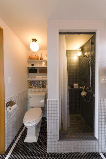スタイリッシュなのにレトロ感のあるシャワー&トイレ。照明は、近所にあった昭和初期の建物の解体時にもらってきたもの。