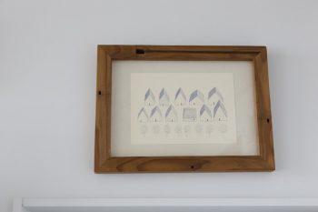 素描家・しゅんしゅんさんの作品を、木工作家の工房イサドさんの額に入れて。