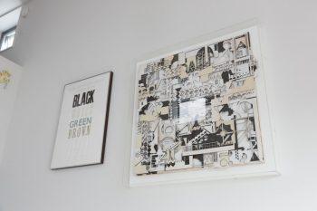 右は友人のアーチスト、西舘朋央さんの作品。リビングの中心を飾る。左はロンドンのHand&Eyeの木活版。
