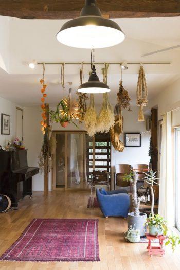 照明用のレールを利用して、植物を飾っている。ボリュームのあるドライフラワーや、ホオズキのオレンジ色がアクセントに。