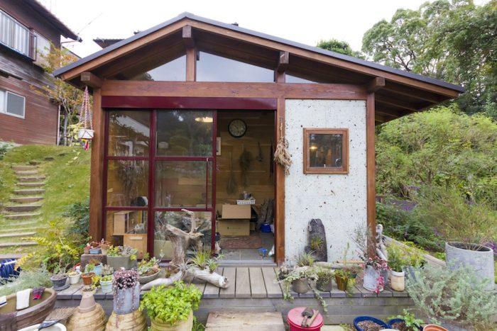 庭に大谷石を使ったアトリエを建てた。ここで「ザ・ランドスケーパーズ」の商品が作られる。