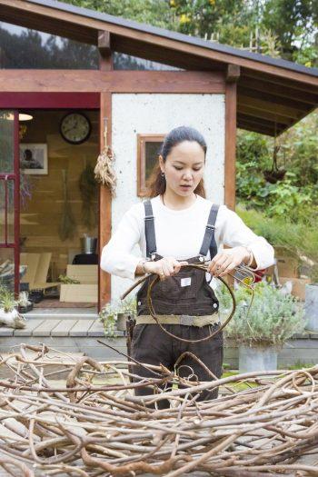 リース制作の準備をする塙 麻衣子さん。「剪定したフジの枝を捨てずにとっておきます。水に浸けて柔らかくしてから巻きます」