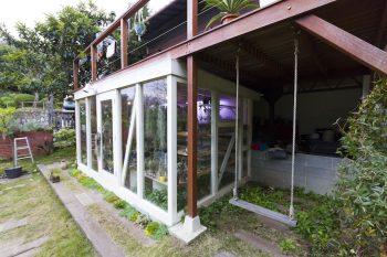 ガラス張りの温室はテラスの下に作られている。その横には子どもたちのためにブランコを設置。