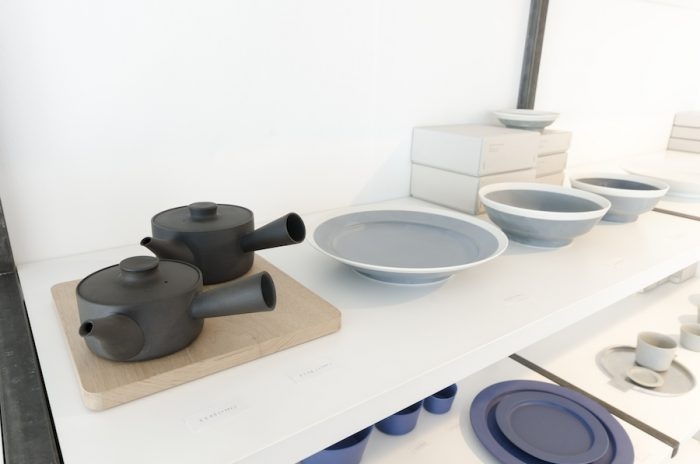 急須は三重県の萬古焼の手法で作られたもの。吸水性が低いため、匂いが残りにくく、日本茶以外にも紅茶やハーブティなどさまざまなお茶を楽しめる。