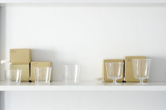 木村硝子店に依頼してオリジナルで作ったタンブラーとワイングラス。飲み物用としてだけでなく、デザートカップにも利用できる。ワイングラスはスタッキングが可能。
