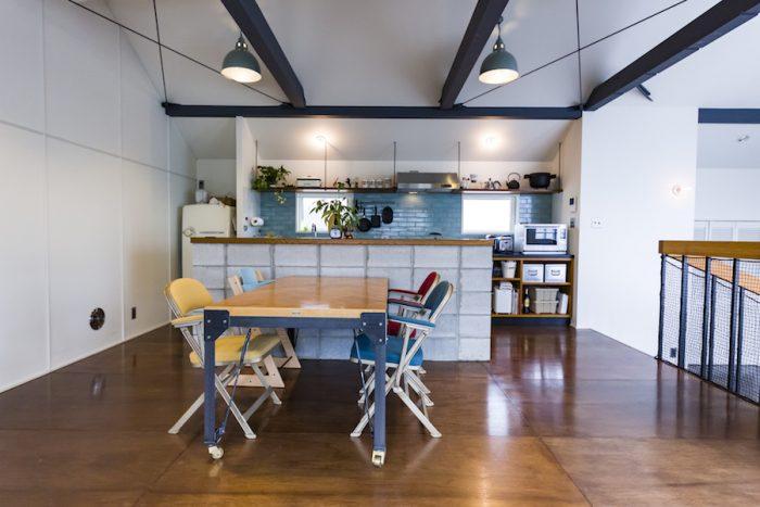グレーに塗装した梁にラワンの床。無骨な素材感が温かなダイニングに工場っぽさを表現する。