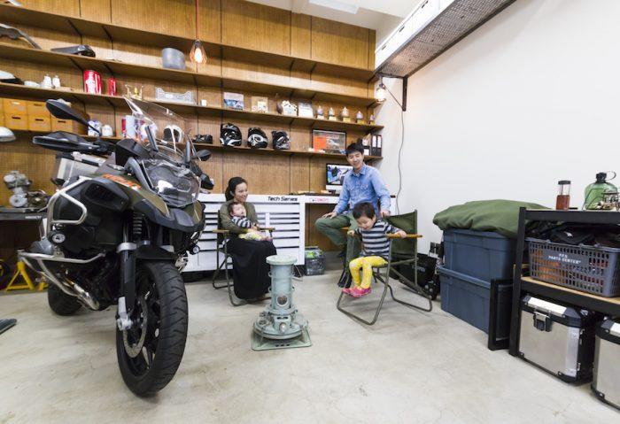 断熱材を入れたガレージは、真冬もストーブひとつで大丈夫だという。妻の美保さん、長男・禅君、長女・凪ちゃんと。