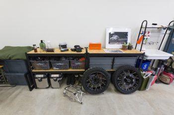 コストコで購入したラックに、木の板を切って載せて棚を作成。