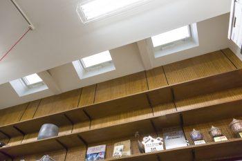 明かり取りの天窓から光が差し込み、ガレージの奥まで明るい。