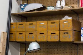 廃校になる小学校で使われていた道具箱を、工具入れに活用。